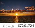 海に沈む真っ赤な夕日 67261724