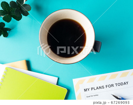 コーヒーを飲みながら一日の計画づくり 67269093