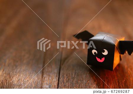 ハロウィンキャラクター 折り紙の羽根つき紙風船のコウモリ 67269287