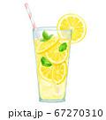 グラスに入ったレモネード 67270310