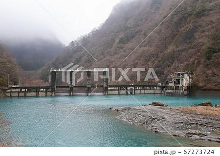 エメラルドグリーンの奈良田湖と西山ダム 67273724