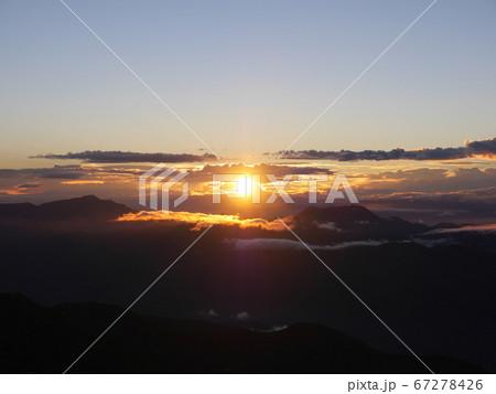 妙高と戸隠の間からの御来光(白馬岳山頂より望む) 67278426