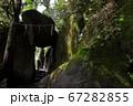 ロマンチック茨城(筑波山登山道に武蔵坊弁慶が七戻したと言う「聖と欲を分ける石門」と言わる大岩がある) 67282855