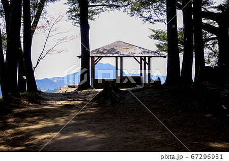 新緑の御岳山 長尾平展望台と日出山のシルエット 67296931