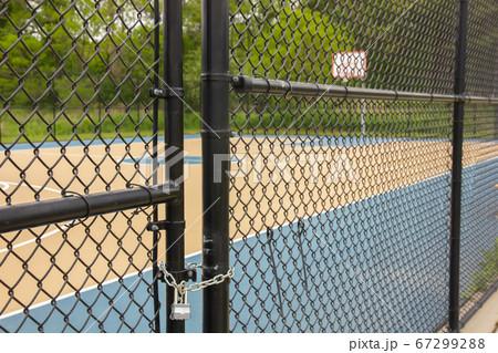 外出禁止令により封鎖されたバスケットボールコート 67299288