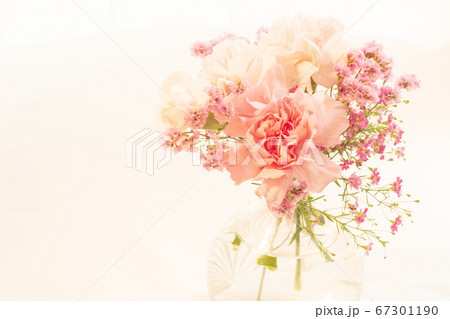 ピンク色のお祝いにふさわしいブーケ 67301190