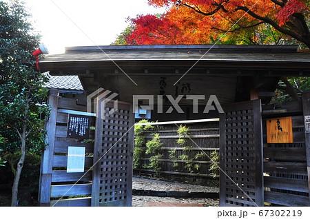 箱根湯本温泉 天山湯治郷入口と紅葉 67302219