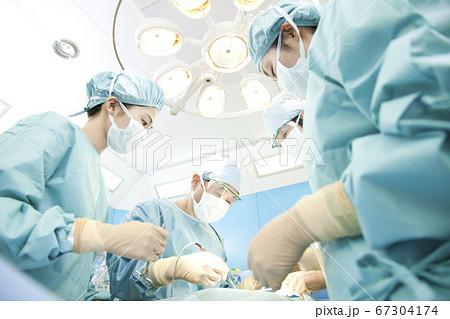 手術をする外科医 67304174