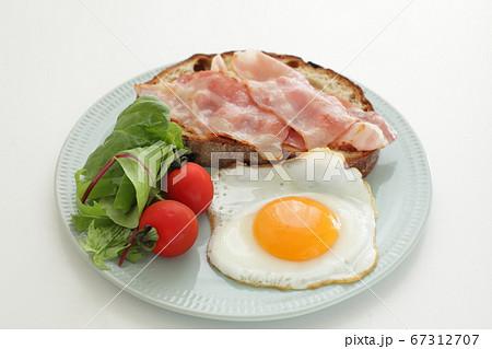 ベーコンのオープンサンドと目玉焼きの朝食 67312707