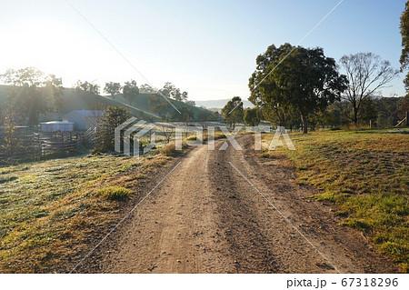 海外オーストラリアの田舎の一本道 67318296