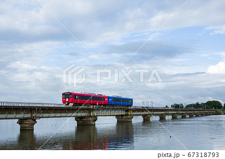 男鹿線の八郎川橋梁を渡るEV-E801系 67318793