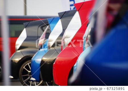 販売店に並ぶ車 アクアのリアエンド 67325891