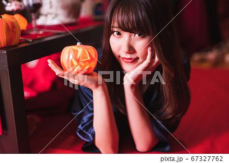 カボチャのお化けを持つ若い日本人女性 67327762