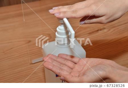 コロナウイルス感染拡大予防の手指の消毒 67328526