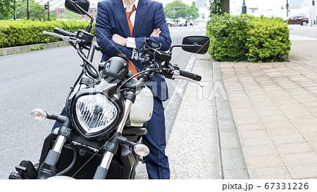 バイク通勤をするビジネスマンのイメージカット 横浜みなとみらい 67331226