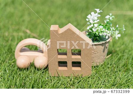 ライフスタイルイメージ ミニチュアの家とおもちゃの車と芝生 67332399
