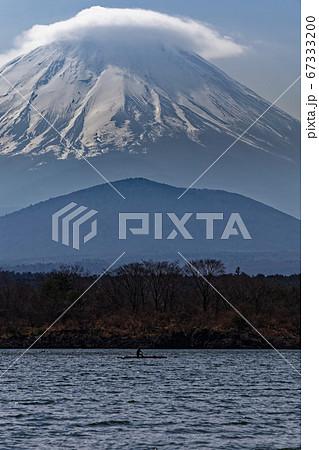 精進湖畔から見る笠雲を被った富士山 67333200