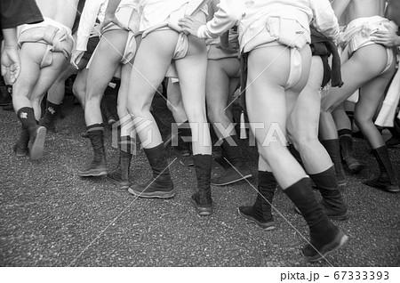 日本の秋祭り灘祭りのふんどし姿の男達のモノクロ写真 67333393