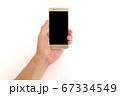 スマートフォンを持つ中年男性の手 67334549