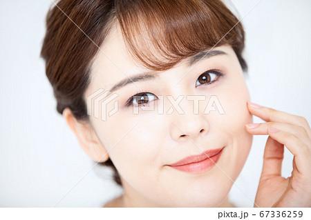 日本人女性のビューティ素材(白バック) 67336259