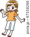 夏服を着た笑顔の女性 67338266