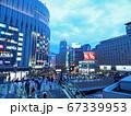 夕暮れの大阪 JR大阪駅と阪急大阪梅田駅を繋ぐ歩道橋 67339953
