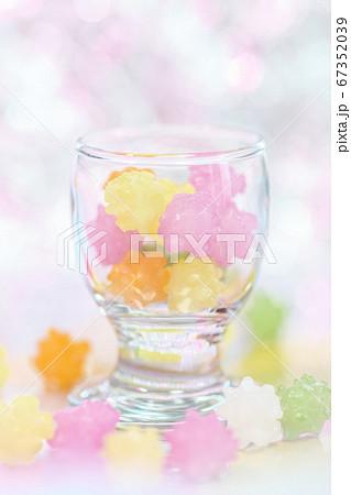 明るい背景でガラスのコップに入った金平糖 67352039