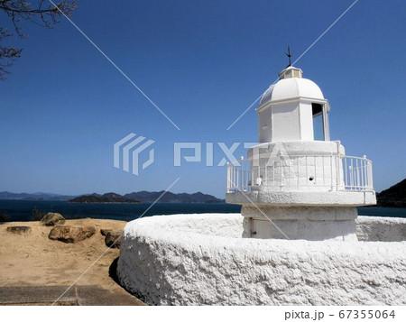 広島県大崎上島の南端に建つ白い灯台 67355064
