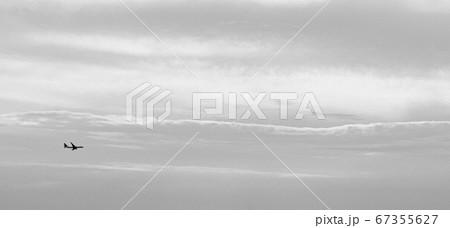 アートフィルターをかけた曇り空と飛行機 67355627