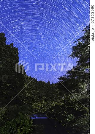【夏イメージ】満天の星空とホタルの舞い 67355990