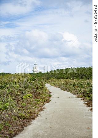 石川県舳倉島の舳倉島灯台、青空 67356433