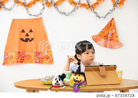オンラインでハロウィンパーティを行う女の子 67358728