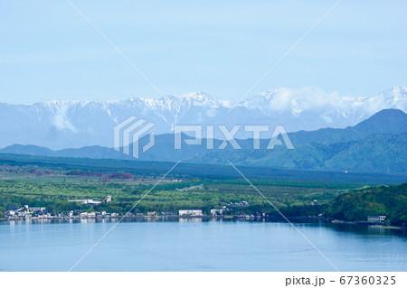 【山梨】展望台から眺める新緑の山中湖湖畔と南アルプス連峰 67360325