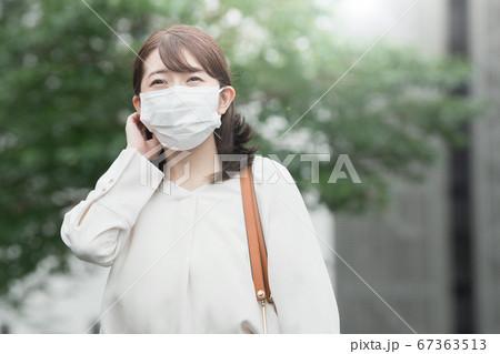 屋外でマスクをする30代のビジネスウーマン  67363513