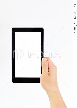 タブレットを片手で持つ中年男性の手 67365941