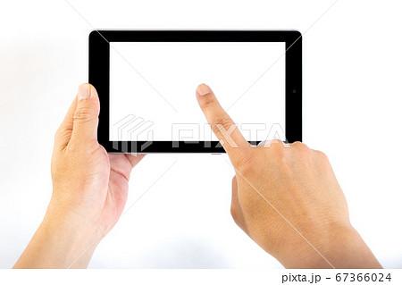 タブレットの画面中央をタップする中年男性の手 67366024