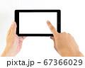 タブレットの画面右側をタップする中年男性の手 67366029
