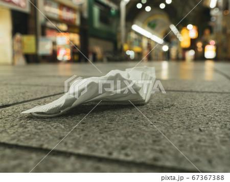 【環境問題】繁華街にマスクが捨てられている様子 アフターコロナ 67367388