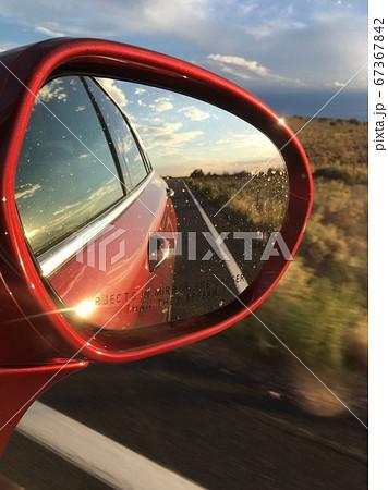 赤い車のサイドミラーに映る地平線 67367842