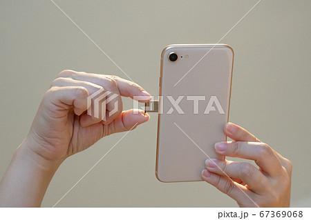 SIMカードをスマートフォンに差し込んで起動するイメージ 67369068