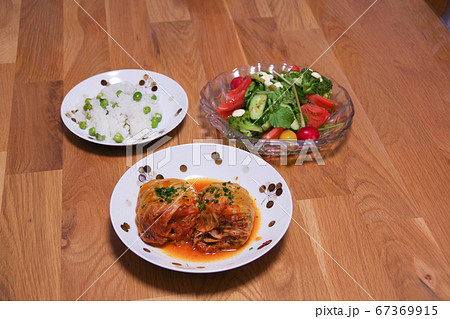 夕食のロールキャベツとサラダとグリーンピースご飯 67369915