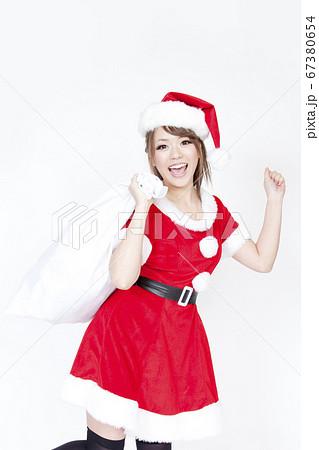 プレゼント袋を持つサンタクロースの女性 67380654