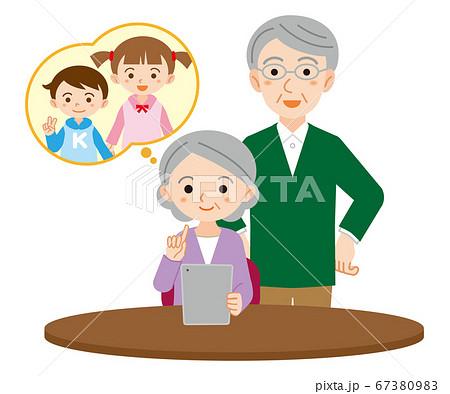 孫のためにタブレットを使用する高齢夫婦/白背景 67380983