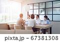 ビジネスミーティング カジュアルなオフィスシーン スローモーション 67381308