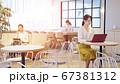 オフィスで働く人々 コワーキングスペース ソーシャルディスタンス スローモーション パンニング 67381312