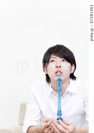 笛を持つ男性 67381461