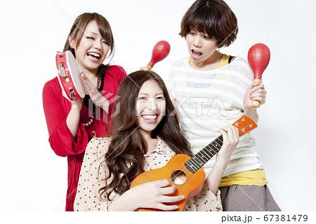 楽器を演奏する女性 67381479
