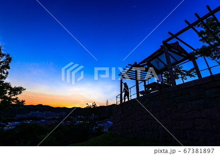シルエットと展望台の夕焼け、宝塚北公園 67381897