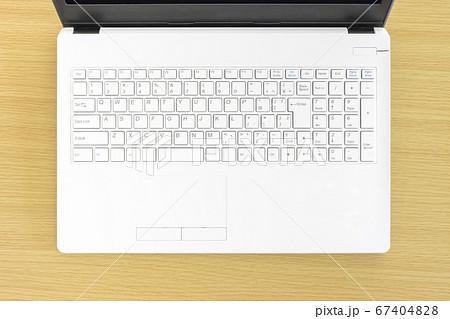ハイアングルで撮影した白いノートパソコンのキーボード 67404828