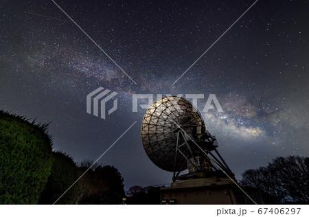 天の川銀河と通信するパラボラアンテナ 67406297
